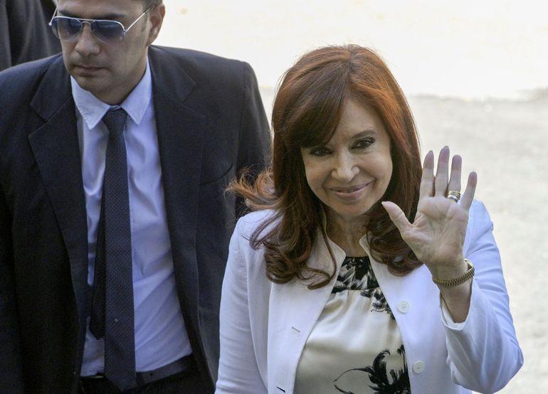 Cristina Fernández de Kirchner saluda al llegar al tribunal de Comodoro Py.