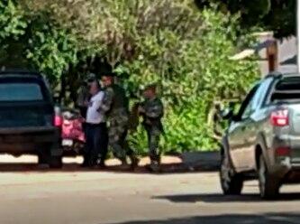 Momento en que los militares detienen al periodista