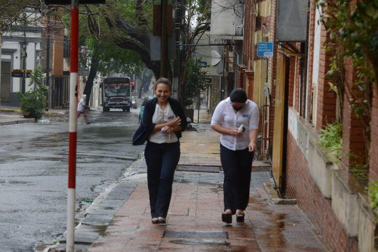 Dos mujeres caminan bajo la lluvia en el microcentro de la capital.