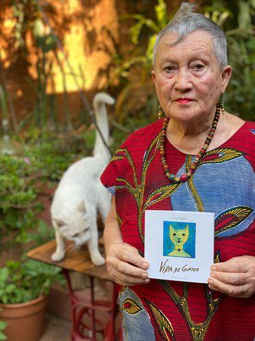 """Lucy Yegros exhibe la portada de su libro """"Vida de gatos"""", en el que reúne obras de distintas épocas."""