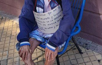 Don José, con sus 80 años, se había encadenado frente al Ministerio de Hacienda para reclamar su reincorporación.