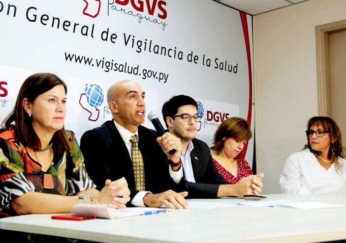 El ministro de Salud y colaboradores ofrecieron una conferencia.