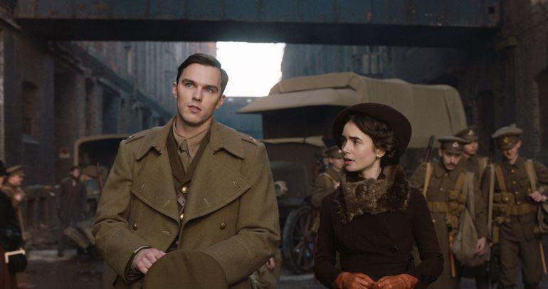 """Nicholas Hoult y Lily Collins en una escena de """"Tolkien""""."""