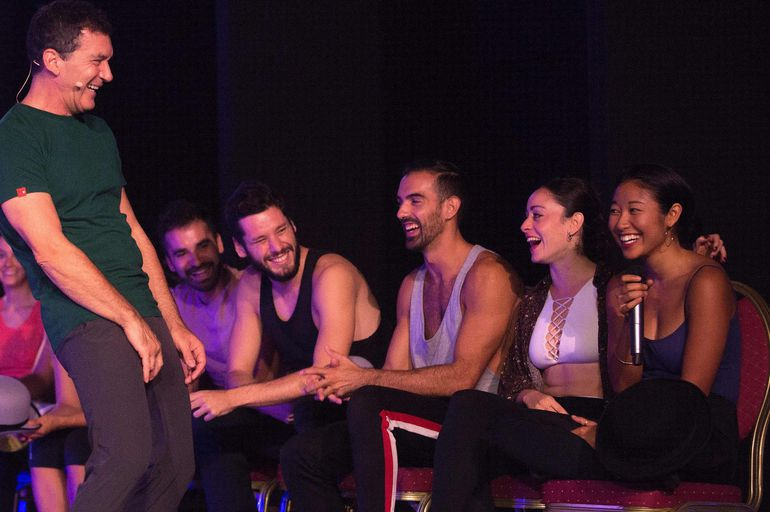 """Antonio Banderas bromea con los actores y bailarines del elenco del musical """"A Chorus Line"""", durante los ensayos."""