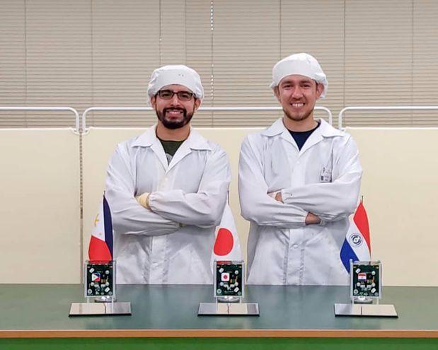 Aníbal Mendoza y Adolfo Jara, científicos paraguayos que desarrollaron el hardware y el software del satélite.