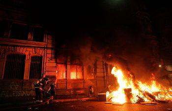 Manifestantes incendiaron el edificio de diario más antiguo en  circulación en Chile.
