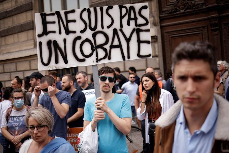 """""""No soy un cobayo"""" dice el cartel que porta uno de los manifestantes contra la vacunación anticovid en París. Hoy los contagios en ese país vuelven a estar en aumento."""