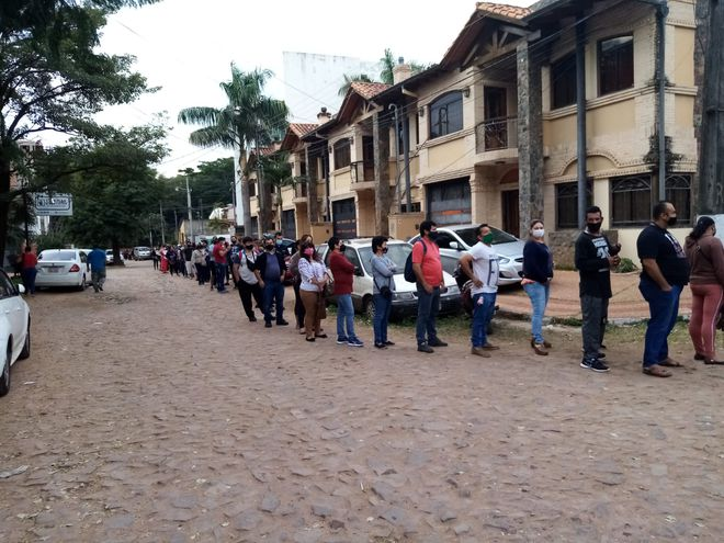 Largas filas para el vacunatorio peatonal del Polideportivo de Fernando de la Mora.