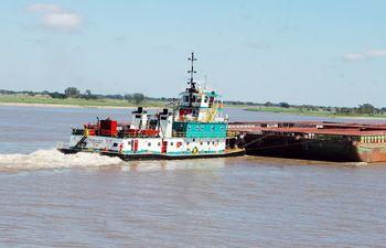 Gran parte del  comercio exterior y de la recuperación económica depende de la situación de la hidrovía. De ahí la importancia de su mantenimiento en condiciones navegables.