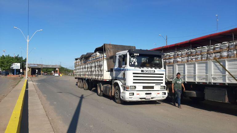 Son doce camiones que trasportan bananas los que están varados en la aduana.