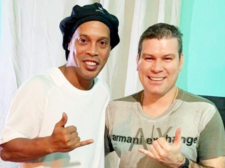 Ronaldinho Gaúcho y su compañero preso, Fernando González Karjallo. Ambos están en el cuadrilátero de la Agrupación.