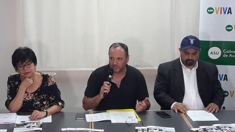 """Jorge Peña (c), director de la Terminal de Ómnibus de Asunción, brinda detalles sobre el """"Operativo Caacupé""""."""