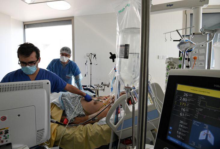 Médicos en la sala de terapia intensiva de un hospital de París.