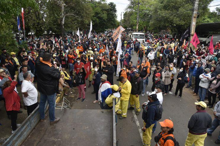 Manifestación de funcionarios sindicalizados de la Municipalidad de Asunción. Exigen ampliación presupuestaria para reajuste salarial.