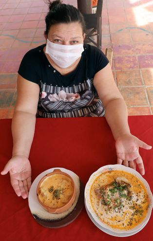 Gloria Barrios, una de las pioneras de los comedores de Remanso con sus dos platos estrella: sopa y cazuela de surubí.