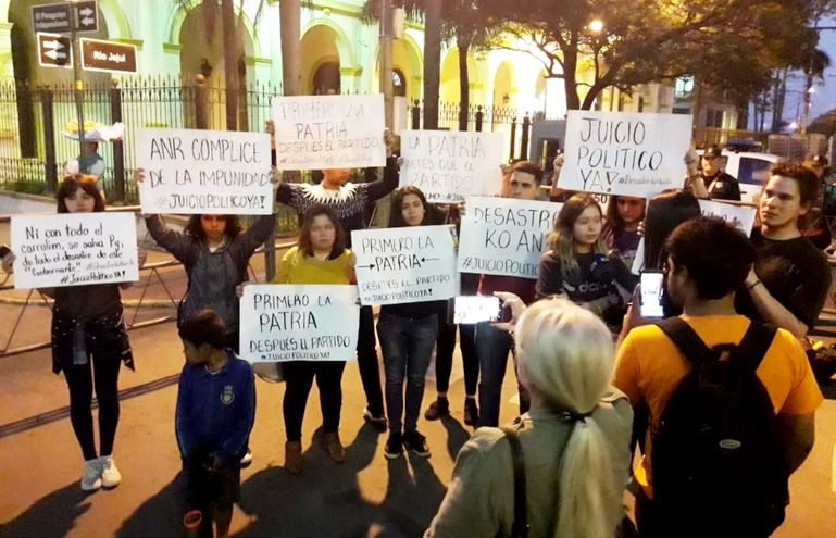 Jóvenes exigieron anoche  el juicio político al presidente Abdo Benítez por el caso Itaipú.