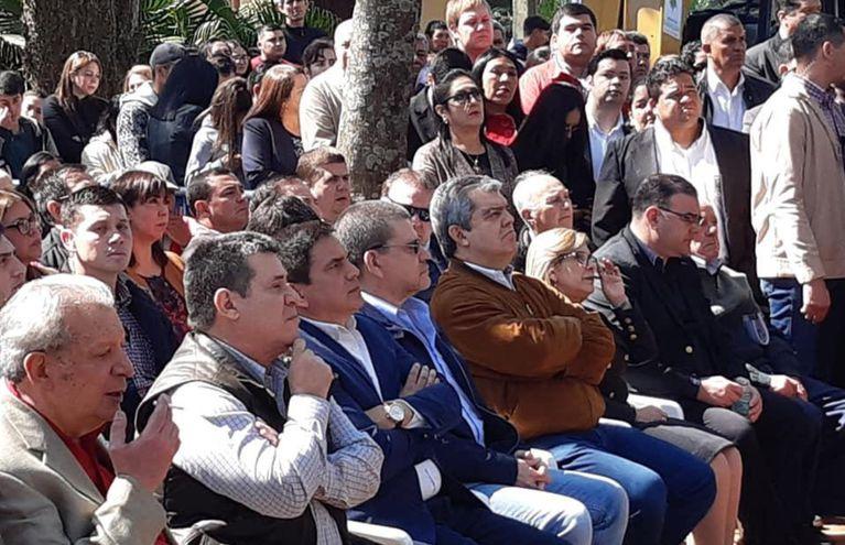 El senador Galaverna (i) y a su lado Horacio Cartes con varios políticos ayer en primera fila en un acto oficial en la Gobernación de Paraguarí. (Foto del twitter del diputado cartista Hugo Ramírez)