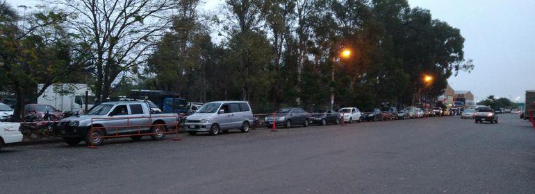 """Fila de vehículos esperando entrar al """"autovac"""" del Abasto Norte."""