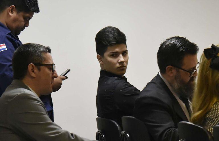 Bruno Marabel, acusado por feminicidio y homicidio doloso, en medio de sus abogados, Florencio Oliva y Cristhian Patiño.