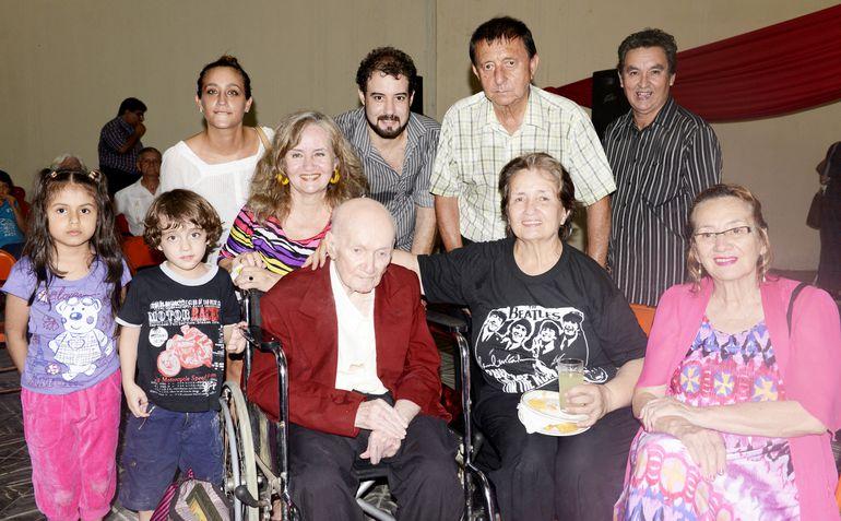 Una de las últimas fotografías de Cayo Sila Godoy, en un homenaje que se le brindó en la Asociación de Músicos del Paraguay. rodeado de sus familiares y amigos.