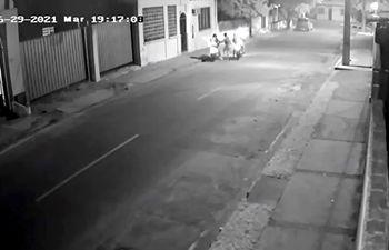 Momento en que ambos criminales abordaron a la víctima sobre la calle Picuiba y lo encañonan con una pistola.