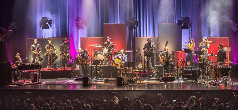 La banda recorrió teatros de Latinoamérica, siendo su primera experiencia en dicho formato.