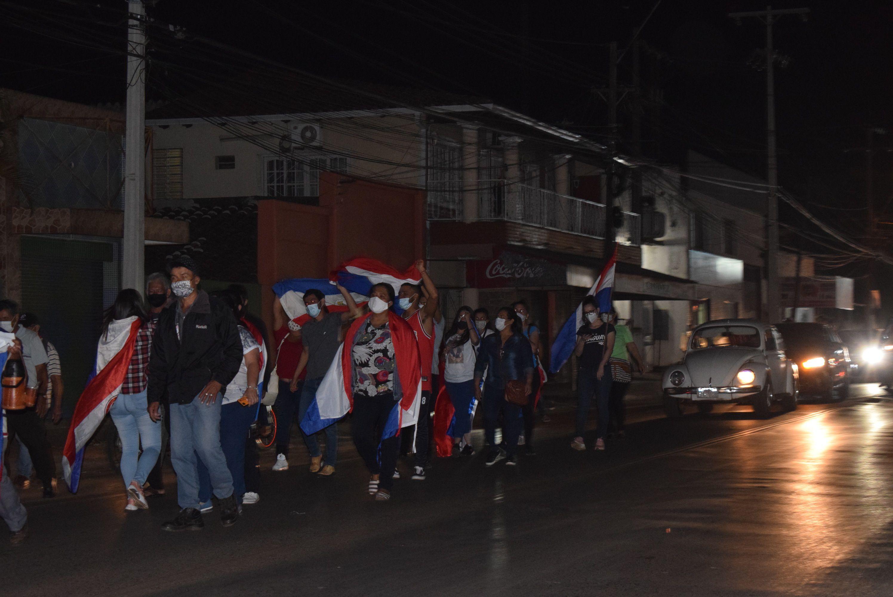 Los manifestantes realizaron una caminata por la media calzada de ruta I, acompañada de una caravana de vehículos y motociclistas
