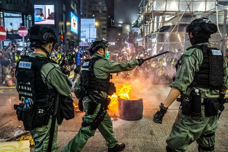 Policías antidisturbios intentan dispersar bloqueos de manifestantes en el distrito Mong Kok de Hong Kong.
