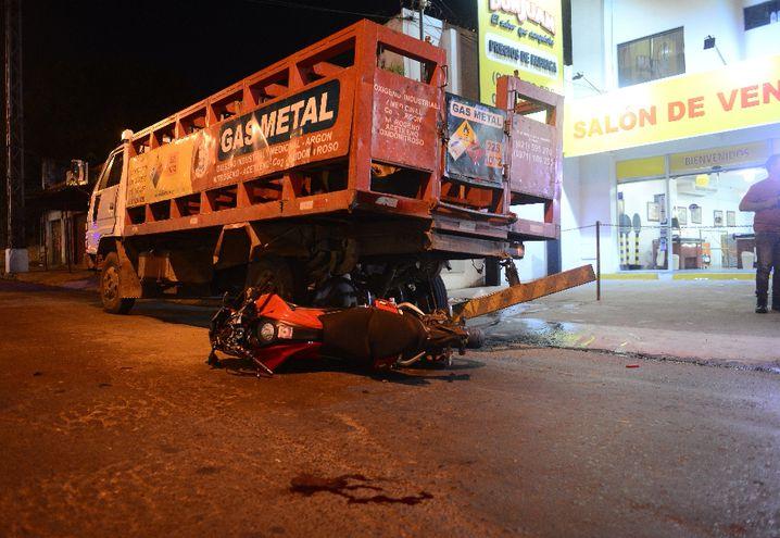 La motocicleta quedó tirada a unos metros del camión de gran porte que quedó parado  en el lugar por estar averiado.