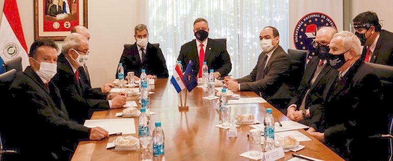 """Mario Abdo Benítez (c) presidió ayer la reunión del Consejo Nacional  de Inteligencia  para analizar informes de """"temas sensibles""""."""