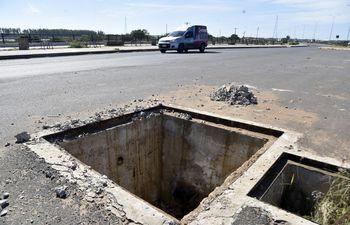 Una verdadera trampa. En estas condiciones se encuentra parte del tramo de la Costanera Norte, representando un peligro para transeúntes y automovilistas.