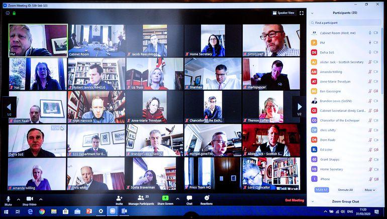 El primer ministro del Reino Unido (arriba a la izquierda) mantiene una reunión en Zoom con sus colaboradores.