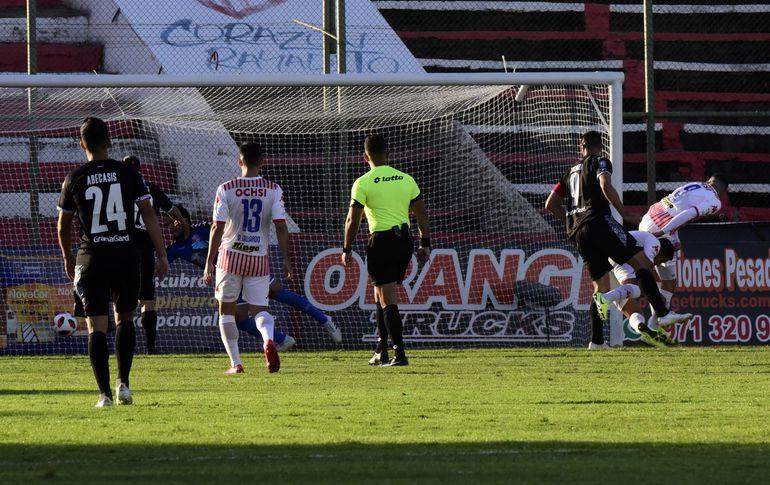Óscar Cardozo gana en lo alto a Luis Cáceres y Nelson Ruiz para vencer a Wilson Quiñónez.