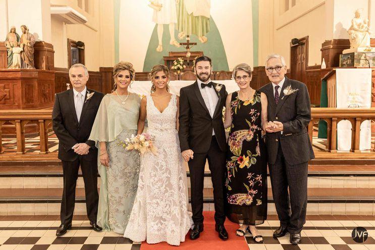 En la imagen se observa a Alessandra y a Carlos con sus padrinos Carlos Zanotti Cavazzoni Uliambre y Marta Vázquez Von Lepel; María Bernarda Monestier Sena y Gregor Sauerwald.