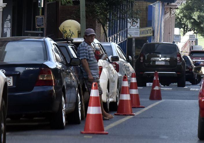 Cuidacoches en la ciudad de Asunción.
