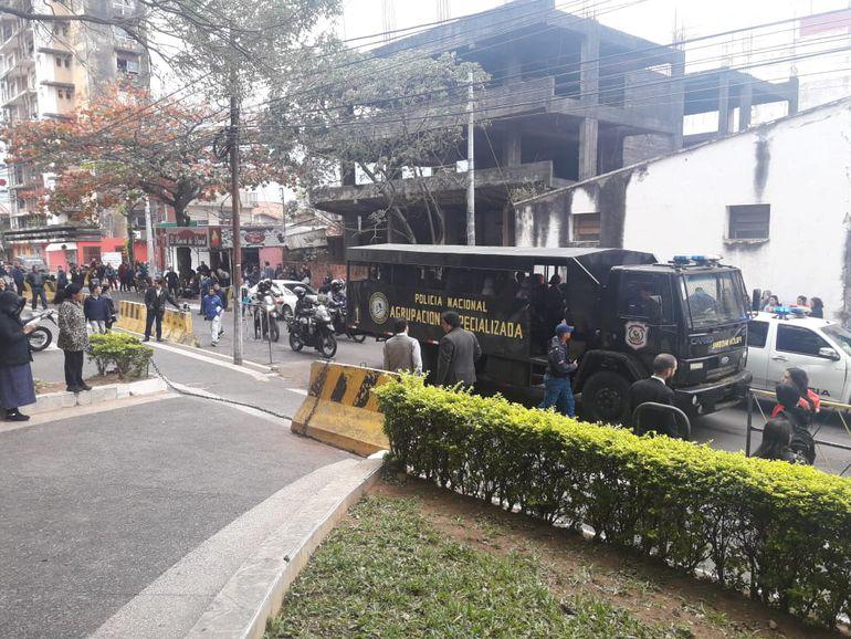 Un vehículo de la Policía Nacional realizó el traslado de los hinchas imputados bajo un fuerte dispositivo de seguridad.