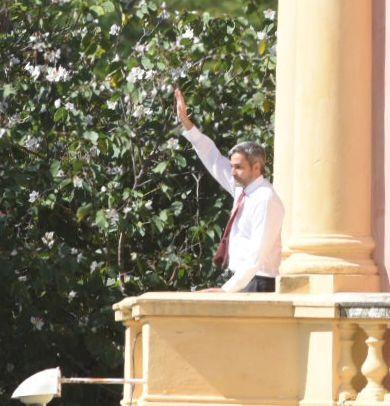 Mario Abdo Benítez salió al balcón a saludar a los hurreros apostados en la explanada del Palacio de Gobierno.