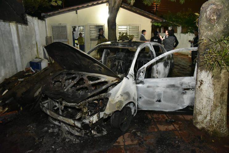 El vehículo quedó inservible tras el incendio.