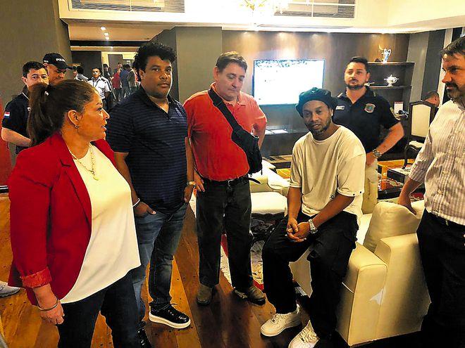 Ronaldinho Gaúcho y su  hermano estaban hospedados en el hotel del Yacht. Esta mañana deben declarar ante la Fiscalía.