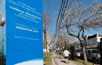 Un cartel en la entrada de la sede donde se desarrollará este martes la cumbre de jefes de Estado del Mercosur, en Santa Fe, Argentina.