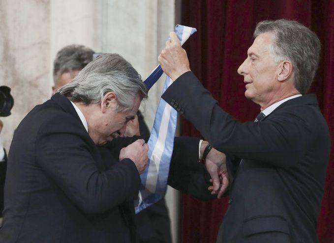 El presidente saliente, Mauricio Macri, entregó los atributos presidenciales a su sucesor, Alberto Fernández, que gobernará hasta diciembre de  2023.