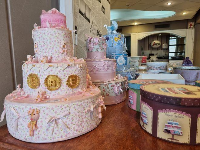 Para el recuerdo. Las tortas falsas de los inolvidables baby showers ya son historia, fueron puestas a remate en una feria en el local del cual hoy solo quedan retazos de la alegría de otros tiempos.
