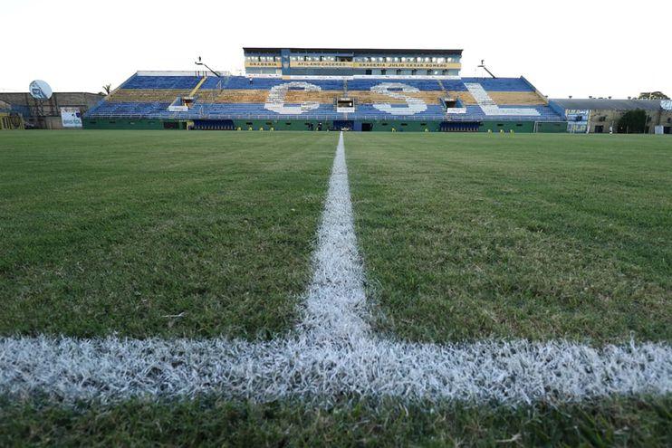 El estadio Feliciano Cáceres donde el Sportivo Luqueño tenía previsto enfrentar anoche a Olimpia, en  la reanudación del torneo. La reapertura tendrá que esperar.