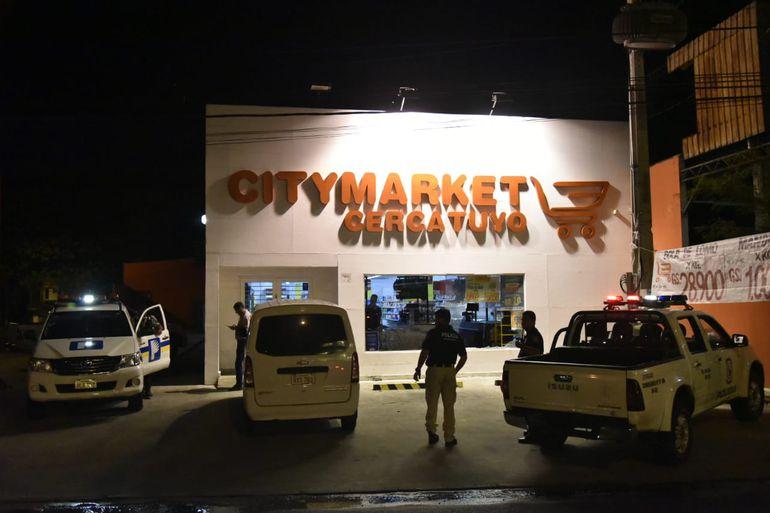 Asaltan City Market sobre Choferes del Chaco, rompieron el blindex.