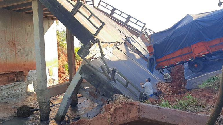 Así quedó el puente tras el derrumbe sobre el arroyo Lorito, ubicado en Tacuatí, San Pedro.