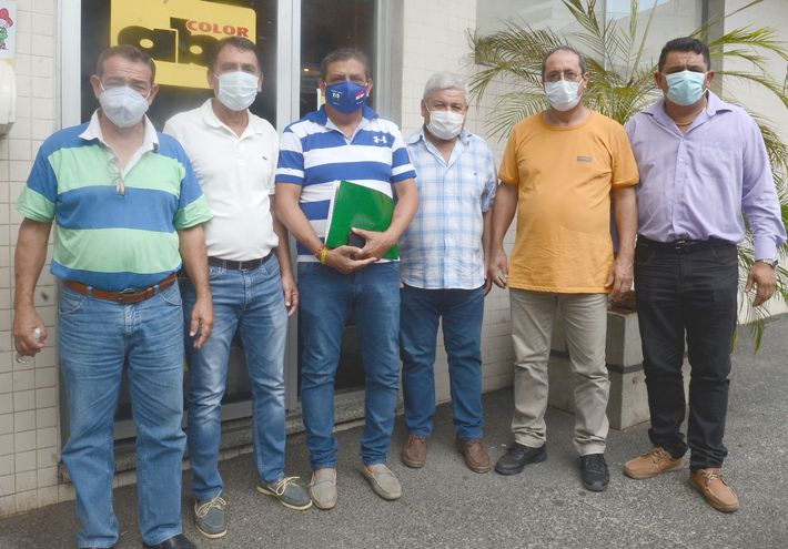 Delio Saldívar, Santacruz Garay, Cristian Jorgge, Rafael Gómez, Felipe Brítez y Félix Arrúa, concejales de Mariano Roque Alonso, frente a ABC.