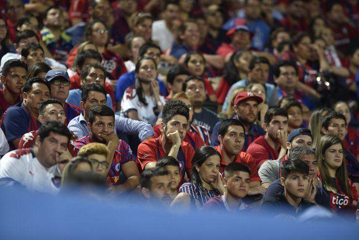 El dolor y la tristeza a flor de piel en una parte de los casi 30.000 aficionados que calentaron anteanoche La Nueva Olla y salieron helados por la decepción.