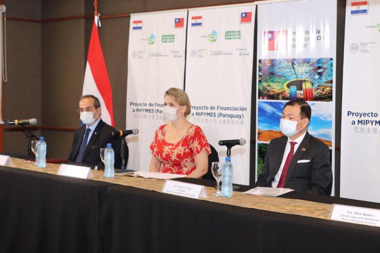 Martín Burt, de Fundación Paraguaya; Liz Cramer, ministra de Industria y Comercio, y el embajador de China Taiwán, José Han, en la presentación del proyecto de asistencia a mipymes y firma de convenio de cooperación, desarrollado esta mañana.