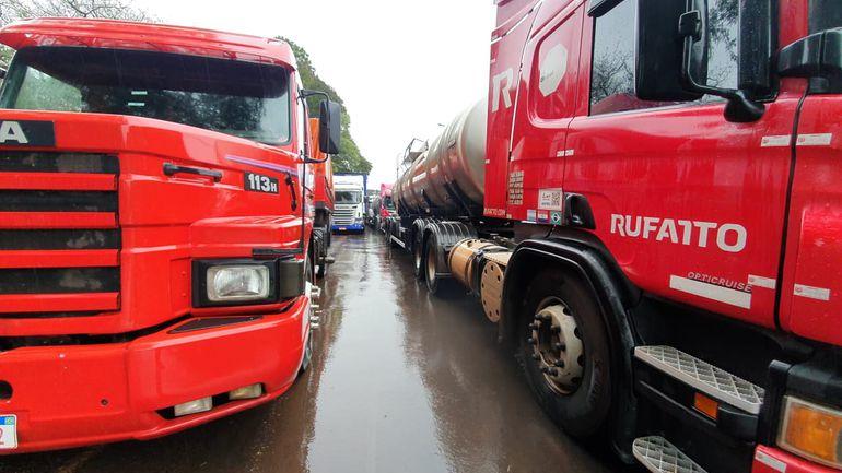 En varios trayectos de la ruta PY02, sentido CDE-Brasil los camiones se estacionan en doble fila.