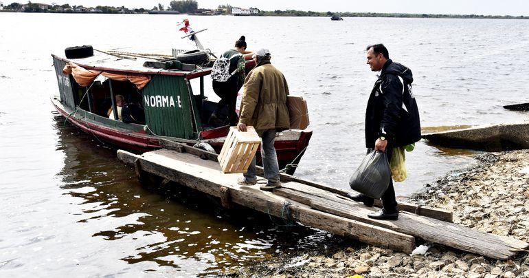 Mucha gente, con bolsas  de compras hechas en Asunción, va destino al Chaco en embarcaciones.